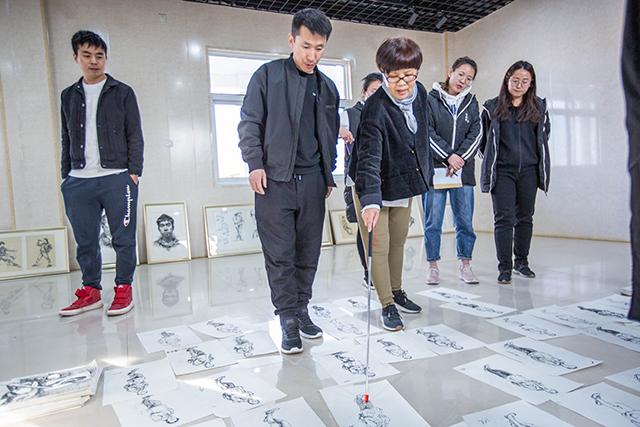 太原行知宏实验学校美术部老师评画